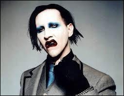 On peut dire qu'il est maquillé comme...