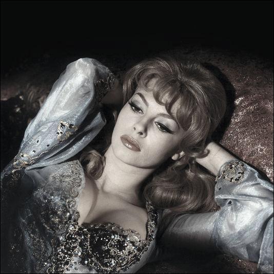 """Dans quelle oeuvre classique retrouve-t-on la célèbre anastrophe """"Vos beaux yeux, belle marquise, me font mourir d'amour"""" ?"""