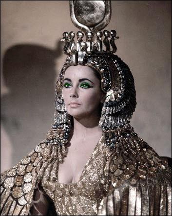 Cléopâtre voulut se donner la mort en se faisant apporter une corbeille de fruits contenant un ou deux serpents venimeux. Quels étaient les fruits dans le panier ?