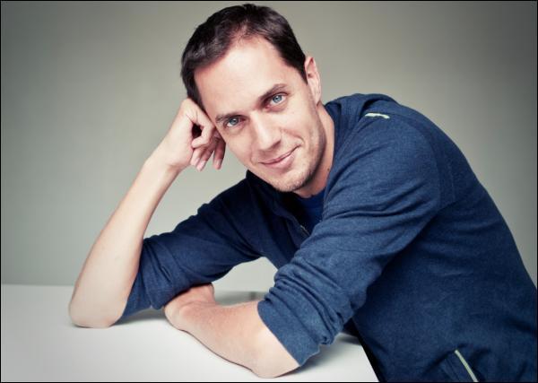 Cet homme est un auteur-interprète et slameur français. Il est né le 31 juillet 1977 au Blanc-Mesnil. Qui est-il ?