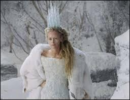 Qu'avait promis la Sorcière blanche à Edmund s'il lui ramenait ses frères et sœurs ?