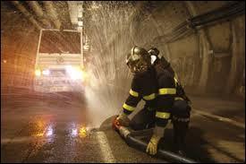 Quel système est mis en place dans le tunnel de secours pour éviter l'intoxication des personnes lors d'un incendie ?