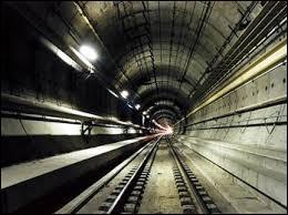 Quel dispositif, mis en place dans le tunnel, permet d'éviter l'augmentation de pression d'air lorsque le train entre dans le tunnel ?