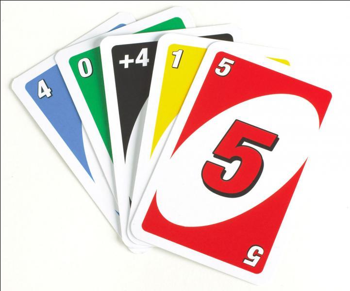 Combien avons-nous de cartes entre nos mains au début d'une partie de Uno ?