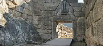 """Ville qu'Homère disait """"riche en or"""", elle a donné son nom à une civilisation qui a prospéré de la fin de l'âge de bronze jusqu'aux invasions des Doriens et des Peuples de la Mer, qui mirent fin à son rayonnement."""