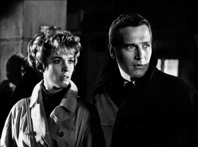 Film de 1966 : un chercheur américain, spécialiste de la fission nucléaire, doit se rendre à Stockholm. Son assistante, avec laquelle il a rompu, le surprend dans un avion en partance pour Berlin Est, endroit où il doit rencontrer un confrère qui peut lui permettre de poursuivre ses travaux.