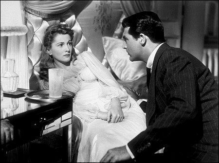 Film de 1941 : Johnnie Aysgarth et Lina Mac Kinlaw se sont rencontrés dans un train. Ils se plaisent et se marient. Lui est sans le sou, joueur et abonné aux mensonges. Tout cela combiné avec une tentante police d'assurances vont bientôt amener Lina à redouter que son mari veuille l'empoisonner.