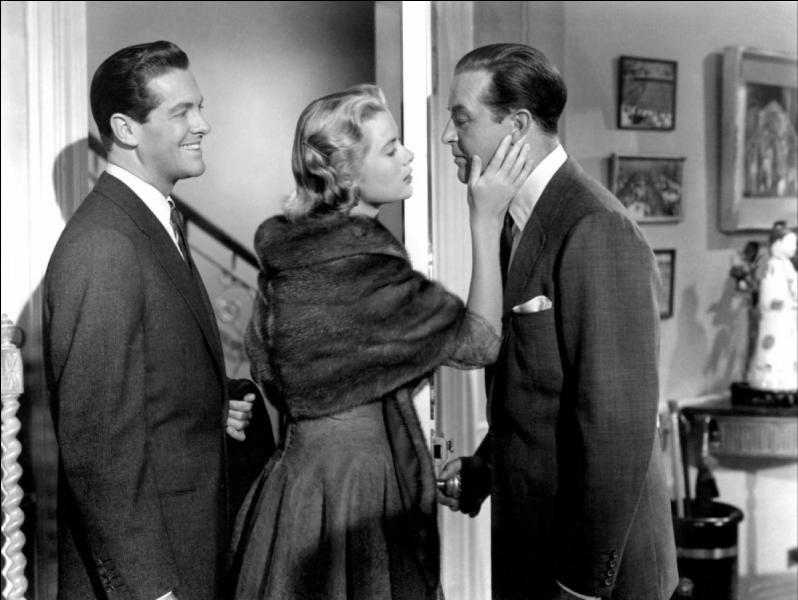 Film de 1954 : un homme veut faire disparaître sa femme qui entretient une liaison adultérine avec un écrivain de romans policiers. Il propose à un ancien camarade de collège de tuer sa femme. Un plan machiavélique se met en place. Mais l'agresseur se retrouve finalement tué par sa victime qui, se défendant, met la main sur une paire de ciseaux providentielle.