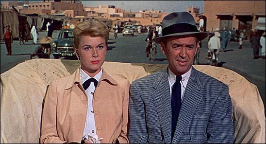 Film de 1956 : le docteur Ben Mac Kenna et sa famille sont au Maroc pour des vacances bien méritées. La rencontre d'un Français, Louis Bernard, lors d'un trajet en autocar, va projeter tout ce petit monde dans une aventure où se mêleront assassinat, enlèvement et projet d'attentat politique.