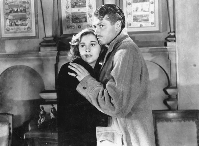 Film de 1940 : Lord Maxime de Winter fait la connaissance à Monte-Carlo d'une timide dame de compagnie qu'il épouse très vite. De retour à Londres, la nouvelle Madame de Winter se retrouve confrontée au souvenir oppressant de la défunte épouse du Lord et au mépris de Mme Danvers, la gouvernante.