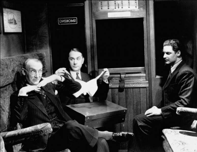 Film de 1935 : un jeune canadien, en vacances à Londres, est accusé à tort d'avoir assassiné une femme qui s'était réfugiée dans son appartement, se disant traquée par une mystérieuse organisation secrète.