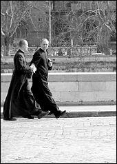 Dans l'Église catholique, les prêtres :