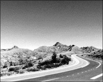 La route qui passe par le col de 'Khardung La' est considérée comme la route carrossable la plus haute du monde. Dans quel pays se trouve-t-elle ?