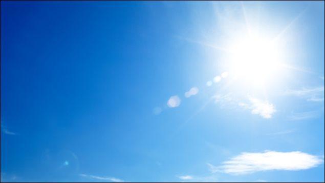 La classe de Mme Violette a de la chance ; aujourd'hui il fait beau. Il y a un ____ soleil.