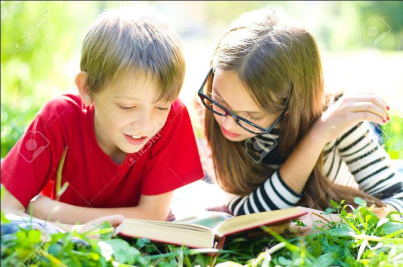 Beaucoup d'élèves aiment aussi lire des livres dans l'herbe. Avec ce beau soleil, il _____ en profiter !