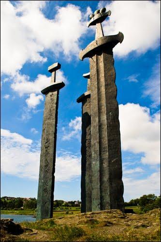 Quelle est la matière utilisée pour ce monument norvégien représentant des épées ?