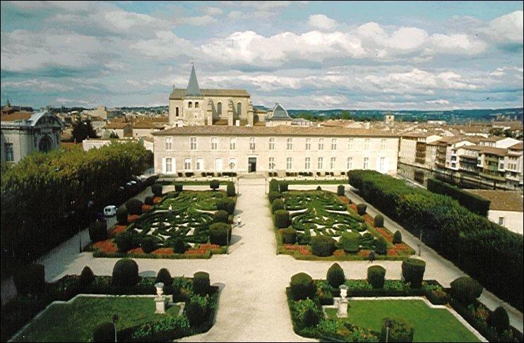 Quelle ville du Tarn, lieu de naissance de Jean Jaurès, est aussi connue pour son musée consacré au sculpteur et peintre espagnol Francisco de Goya ?