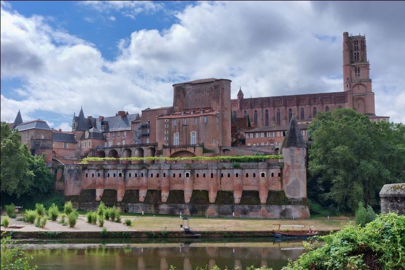 """Visitez la cathédrale fortifiée Sainte-Cécile de cette ville du Tarn surnommée la """"ville rouge"""". Quelle est la ville natale de Toulouse-Lautrec ?"""