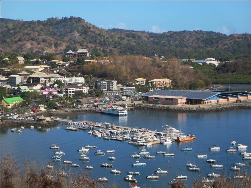 Ville mahoraise située sur l'île de Grande-Terre face à l'île de Petite-Terre. Quelle est cette ville, chef-lieu du département de Mayotte, dont le marché est le plus grand de l'île ?