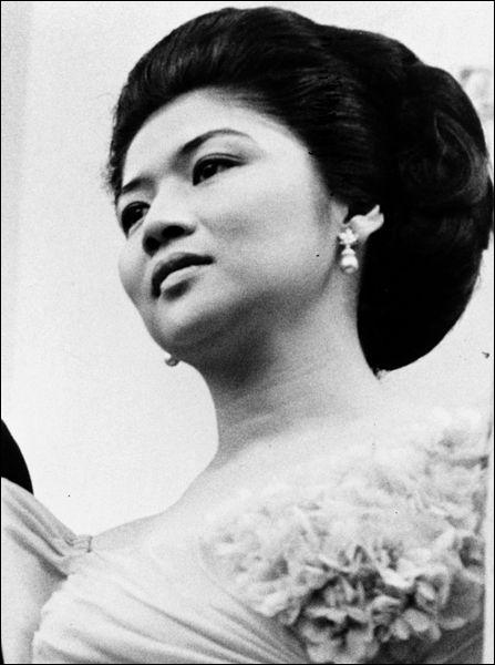 """Imelda Marcos > Ne vous fiez pas à ce visage d'ange ! La femme de l'ancien dictateur philippin avaient les """"mains percées"""" : que n'a-t-elle pas fait durant son """"règne"""" ?"""