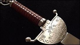 Élu à l'Académie en 2013, son épée créée par le sculpteur haïtien, Patrick Vilaire, représente Legba, dieu du panthéon vaudou, considéré comme le dieu de l'écrivain. La pointe est une plume, terminée par une goutte d'encre. Il s'agit évidemment de l'épée de...