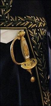"""Cette épée ancienne de l'Institut d'Égypte porte le portrait d'Isis Pharia, restaurée par Michel Renonciat. La devise """"Fais ce que tu crois être le seul à pouvoir faire"""" est gravée sur la lame. Le lys, la Marianne, le coq rappellent son intérêt pour l'histoire de France. À quel passionné d'histoire qui nous fait vibrer à chacun de ses romans d'histoire appartient donc cette épée ?"""