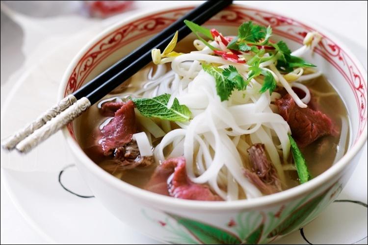 """Voici la soupe nationale nommée """"Pho"""". Dans quel restaurant dînons-nous ?"""
