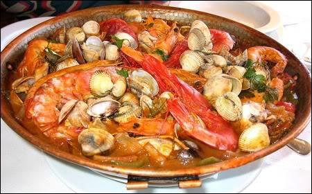 Servi avec des pommes de terre, ce plat est la caldeirada. Où sommes-nous ?