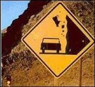 D'après ce panneau routier, quel animal peut tomber du haut de la falaise ?