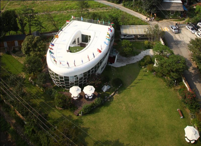 Quel objet la forme de cette maison représente-t-elle ?