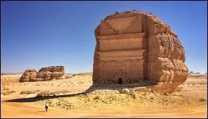 Au milieu du désert saoudien, vous pourrez y admirer cet édifice inachevé qui est taillé dans la roche, il s'agit...
