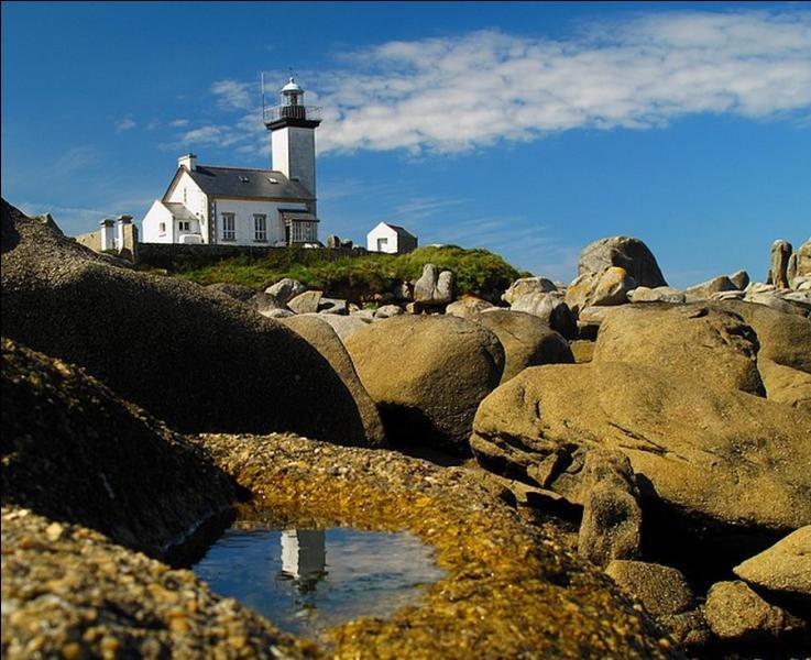 Construit en 1869, le phare de Pontusval situé à la pointe de Beg-Pol à Brignogan-Plage (Finistère) fait actuellement l'actualité. Pourquoi ?
