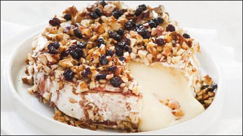 Voici venir le fromage : c'est un brie chaud aux noix, aux raisins et cette recette est complétée par le chef avec un alcool, lequel ? Un ...