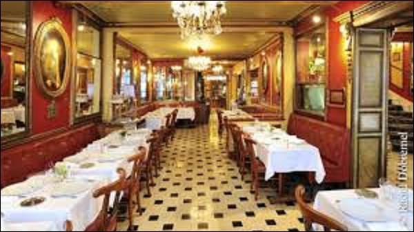 Ouvert en 1686, quel café-restaurant situé au 13, rue de l'Ancienne-Comédie, dans le 6e arrondissement, est le plus ancien de Paris ? (Il fut notamment fréquenté au XVIIIe siècle par Voltaire, Diderot et d'Alembert, et resta pendant longtemps le lieu de rencontre d'écrivains et d'intellectuels comme Musset, Verlaine ou Anatole France). (Photo de son intérieur).