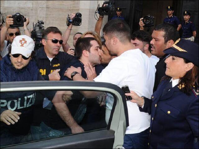 """Lors de leur arrestation, les """"camorristes"""" s'embrassent sur la bouche : pourquoi ?"""