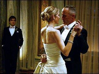 Comment s'appelle la femme avec qui le père de Chuck se marie ?