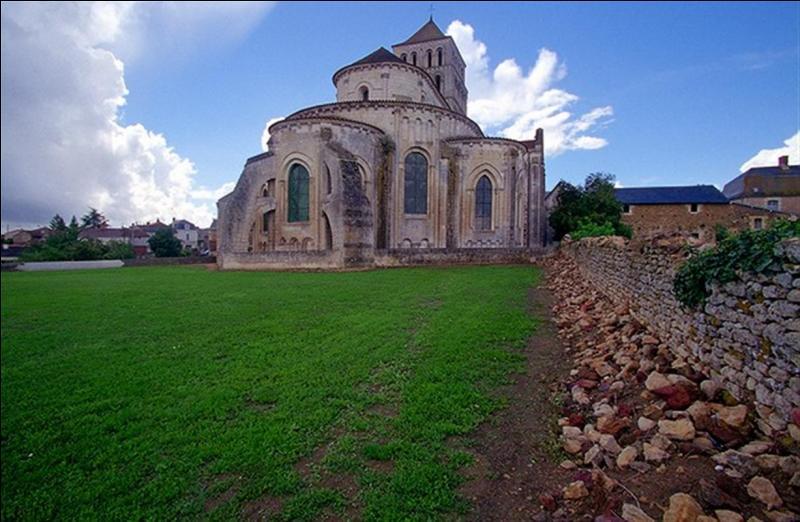 En regardant vers l'est au travers des ars-boutants qui soutiennent les murs de l'abbatiale de Saint-Jouin-de-Marnes, on aperçoit le donjon d'un château célèbre, lequel ?