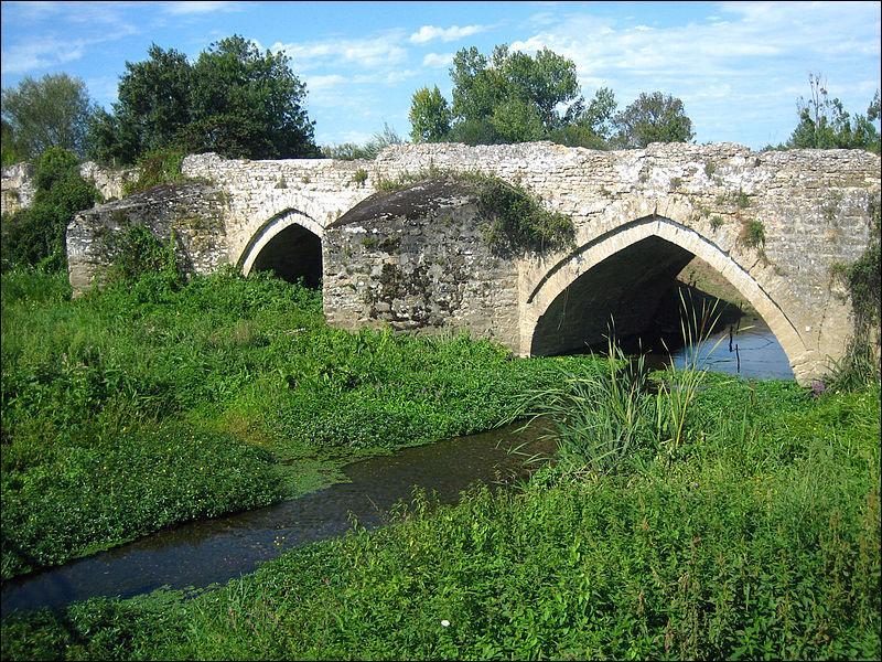 Que voyait-on au milieu du pont de Taizon sur le Thouet à la fin du XIIIème siècle ?