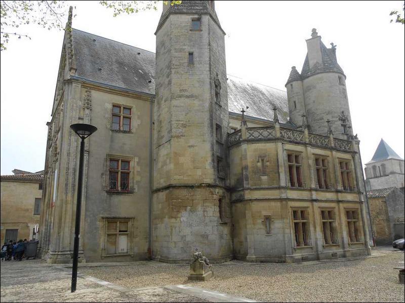 A Melle qu'est-ce que l'hôtel de Ménoc, appelé aussi Evêché, a abrité jusqu'en décembre 2009 ?