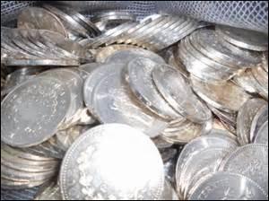 """Ce proverbe me fait rire, ne me demandez pas pourquoi ! """"Quand on a un pot de chambre en argent, les bords en sont minces."""" Que cela signifie-t-il ?"""