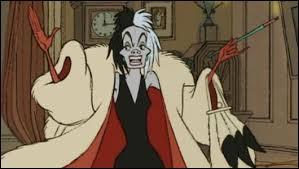 Cruella est dans sa maison. Quelqu'un sonne à sa porte. Elle ouvre et tombe sur une femme énorme verte avec des oreilles bizarres. Qui est-elle ?