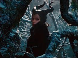 Blanche-Neige est dans la forêt et cherche les nains. Elle tombe nez à nez avec une femme ayant des cornes noires. Qui est-elle ?