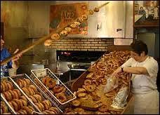 """On dit que ceux de Montréal sont les meilleurs du monde. On vient de New York pour les manger. À New York depuis peu un Québécois a ouvert un comptoir et les fait livrer chaque matin. Les New-Yorkais paient une fortune pour ce délice. Si vous venez à Montréal c'est un """"must"""" ce sont évidemment les fameux ou fameuses..."""
