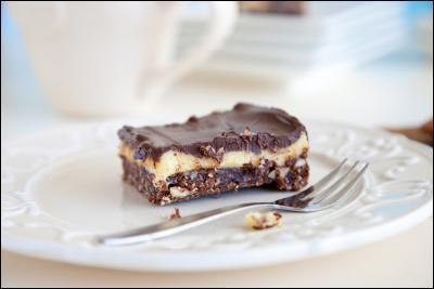 Ce riche dessert canadien, composé de trois couches, est fait d'un mélange de miettes de biscuits, de glaçage au beurre à la vanille et de chocolat fondu. J'adore, j'en ai mangé en faisant ce quiz. Il porte le nom d'une ville du Canada située sur une île. C'est...