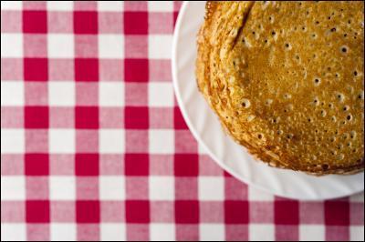 """La ploye est une galette faite à partir de sarrasin et elle fait partie de la culture... Issue de l'héritage Madawaskayen, la ploye tient son nom de l'idée que pour la préparer, il faut brasser la pâte jusqu'à ce qu'elle fasse le son particulier de « ploye, ploye ploye » ! Selon les « vrais » ... la ploye ne doit pas être retourné durant la cuisson. Elle est de la même région que """"la Sagouine""""..."""