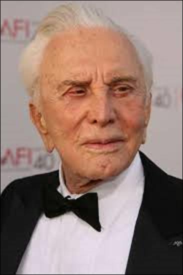 Kirk Douglas est né le 9 décembre 1916 à Amsterdam (État de New York) et fêtera si tout va bien, son centenaire à la fin de l'année. Acteur, réalisateur, producteur et écrivain nommé cinq fois aux Oscars, il n'aura jamais la fameuse statuette à part en 1996 pour un d'honneur. Mais dans quel film des studios Disney, tiré de l'œuvre de Jules Verne, a-t-il joué en 1954 ?