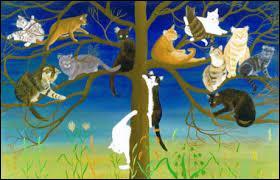 Un chat tout blanc grimpe le long du tronc de l'arbre pour rejoindre ses amis.