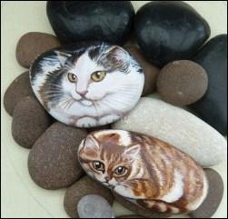 Sur quel support le chat roux et blanc est-il peint ?