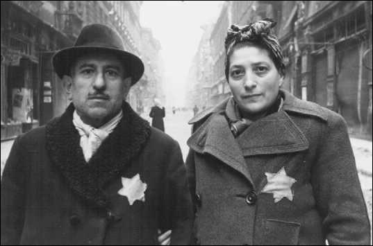 Que devaient porter les Juifs vivant en Allemagne à l'époque où cette dernière était gouvernée par Adolf Hitler ?