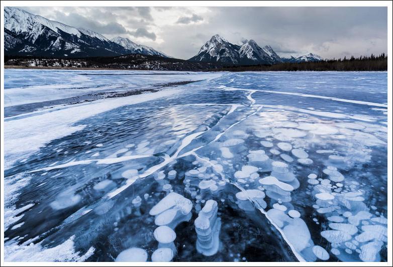 Quels sont ces particules blanchâtres sous la surface de ce lac canadien ?
